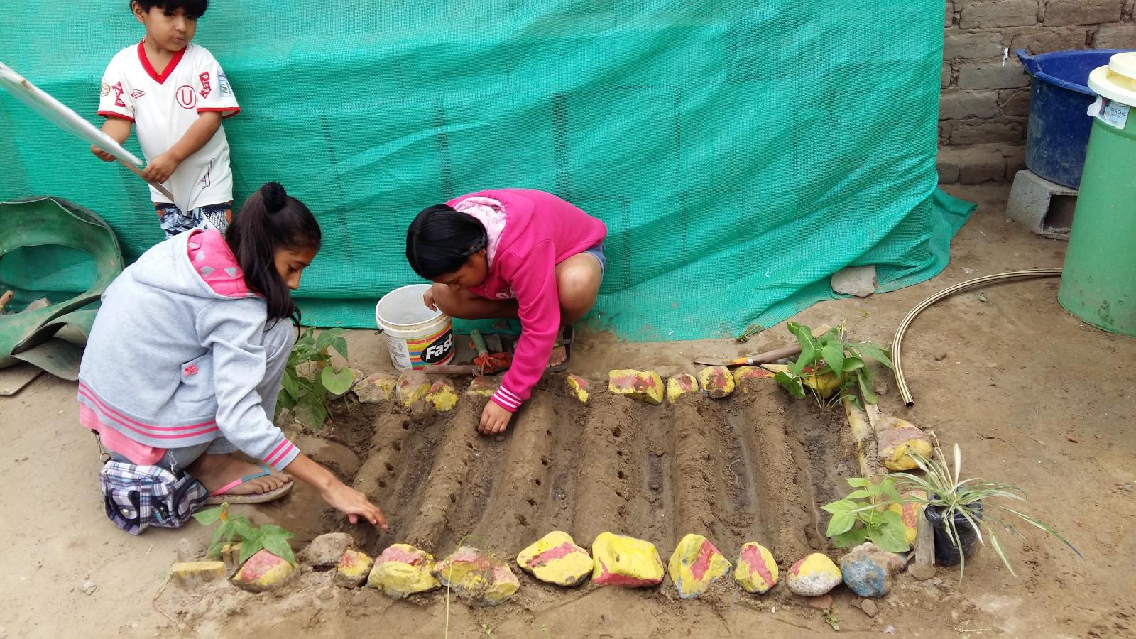 Promoviendo valores sociales y ambientales: Los beneficiarios aprenden la importancia de cuidar el medio ambiente y los unos a los otros.